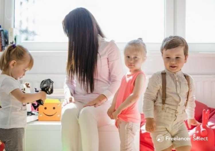 Babá Cuidar de crianças também é tido como um serviço freelancer.