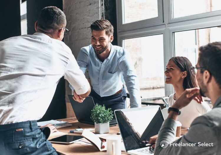 O trabalho freelancer está sempre intimamente ligado ao serviço que ele presta e, para contratar os serviços de um trabalhador independente, será preciso contatá-lo.