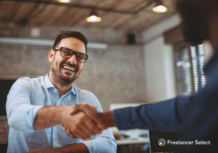 Contratando um freelancer é possível conversar diretamente com quem vai desenvolver o projeto.